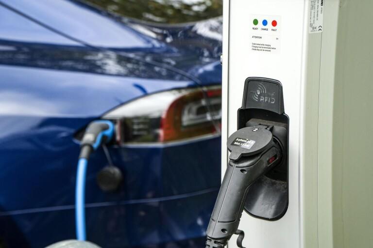 Nya, smarta, laddstolpar i Borås kan innebära att parkeringsbolaget börjar ta betalt för elen redan nästa år.