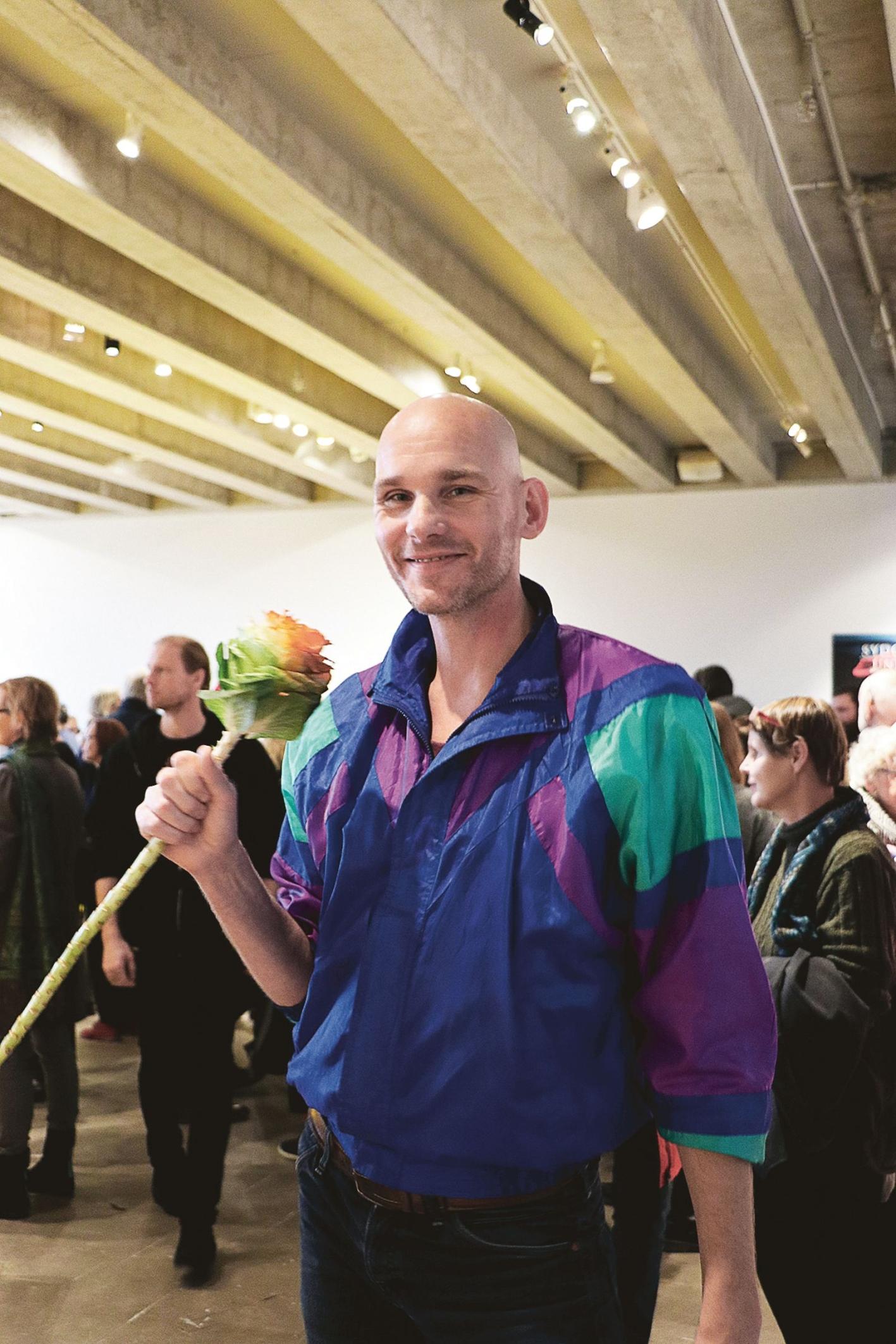 Konstnär och glasartist Markus Emilsson var inbjuden av konstmuseet för att som co-curator sätta samman utställningen med verken som juryn valt ut.