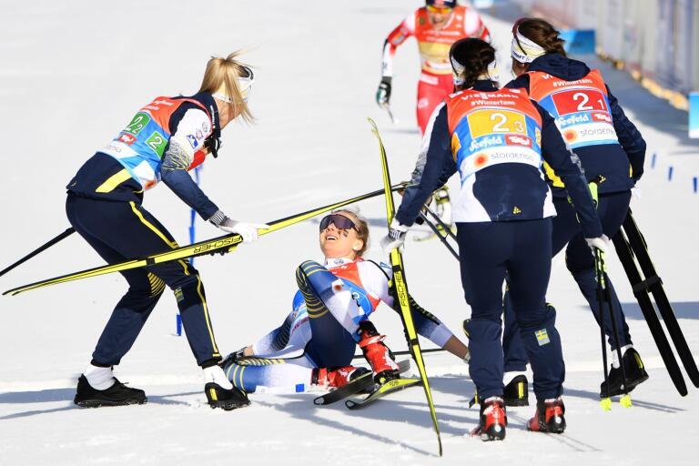 Sveriges Stina Nilsson, Charlotte Kalla, Ebba Andersson och Frida Karlsson jublar efter vinsten i damernas stafett, 4x5 km, vid skid-VM i Seefeld.