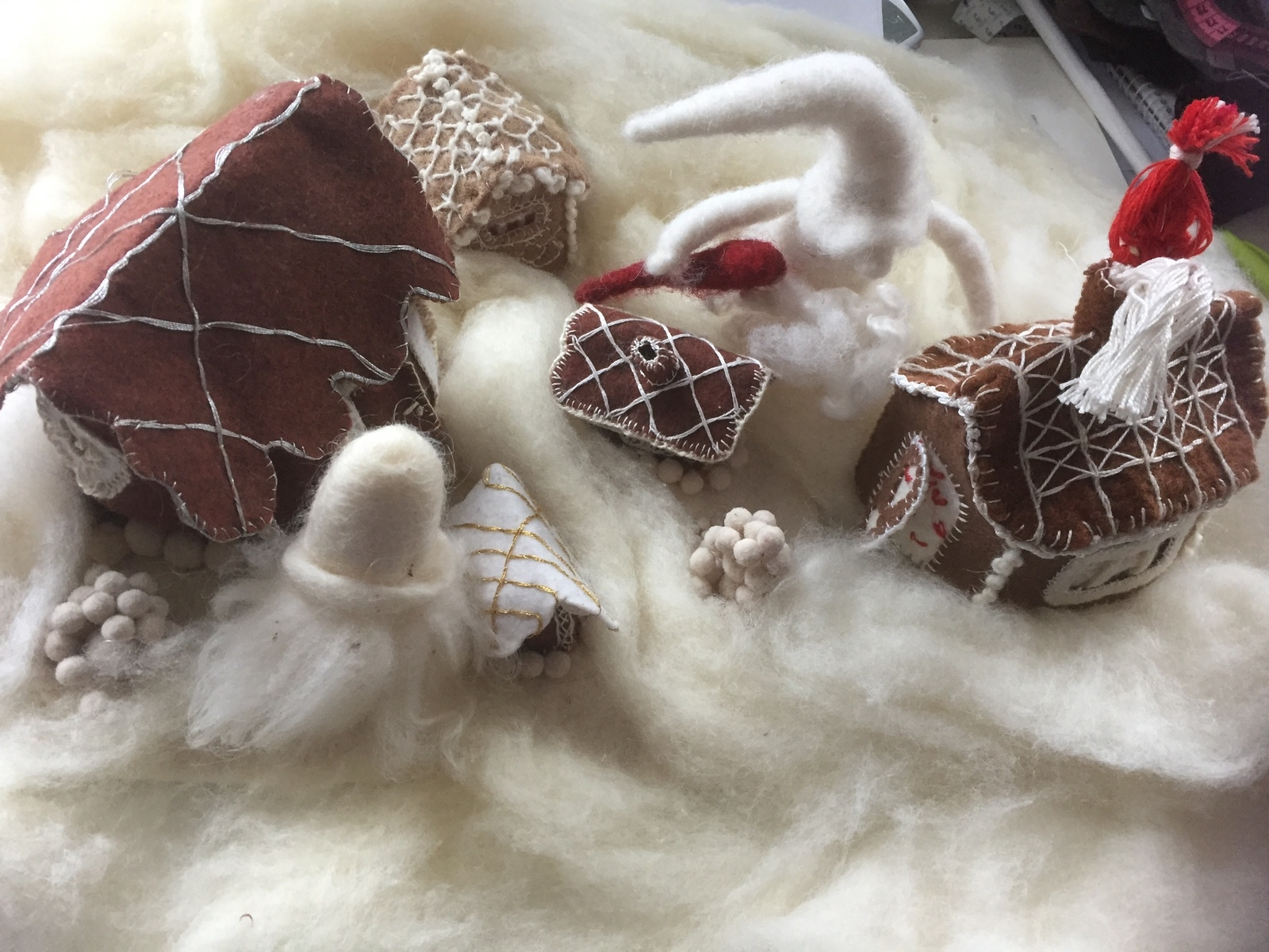 """Lägger ni märke till något speciellt med det här huset? Just det, det är inte bakat i ugnen. """"Kanske att inte alla pepparkakshus måste vara bakade"""", skriver Sophie Eriksdotter Forsman och skickar en varm julhälsning med sitt sydda pepparkaksbygge."""