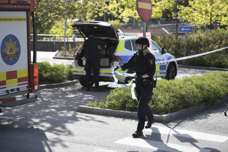 Polisen spärrar av området kring kommunhuset i Kungsängen i Upplands-Bro kommun väster om Stockholm, där ett misstänkt farligt föremål har hittats.