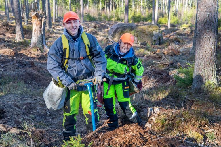"""Tomaz och Joanna Superson har kommit från Polen till de småländska skogarna för att plantera gran. """"Det är fint när du planterar och kan se träden växa upp"""", säger han."""