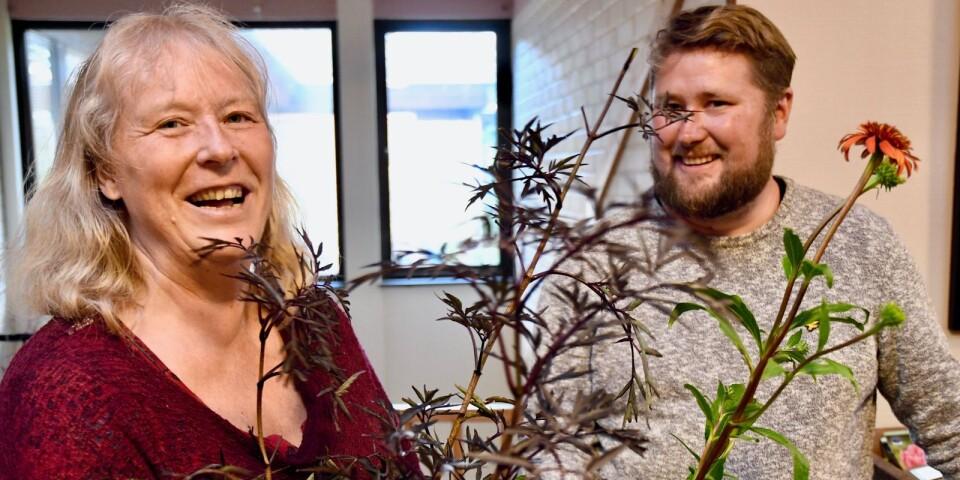 Christina Germundsson från Linneryd passade på att botanisera bland Ulrik Johanssons växter under 30-årsfirandet av Urshults trädgårdsförening.