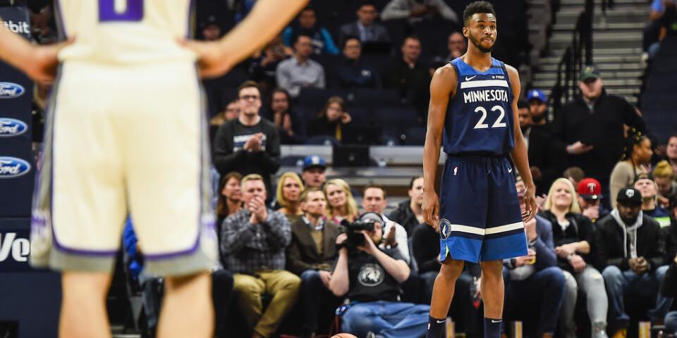 Som en hyllning till Kobe Bryant lade Minnesota Timberwolves Andrew Wiggins ner bollen på trepoängslinjen när matchen mot Sacramento Kings inleddes.