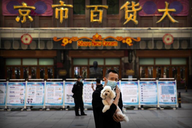 Två månader efter att ha stängt gränserna börjar Kina lyfta på sina restriktioner för utlänningar. Bild från Peking i slutet av april.