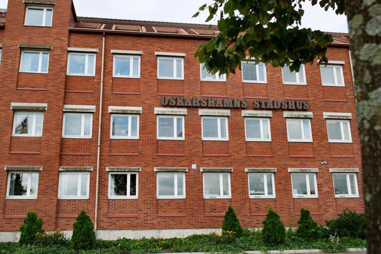 Den som misstänks för brotten är nu avstängd från sitt arbete vid Oskarshamns kommun.