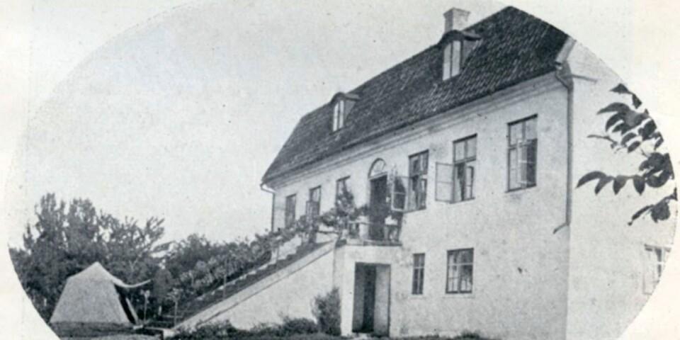 Under sina jaktresor med Kungliga jaktklubben 1864, 1866 och 1868 bodde Karl XV på Rosenfors. Kungen gjorde sig väl hemmastadd, nojsade med pigorna i köket och inspekterade Enemans stall. Foto: Fredrik Kock 1866.