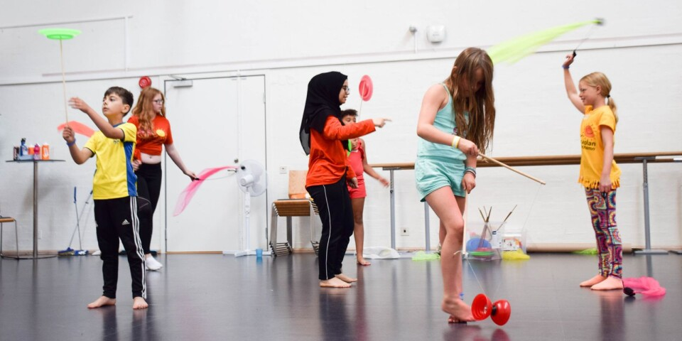 Sommarkulturskolan riktar sig till barn och unga 6-19 år. Det står cirkus, dans, konst och musik på schemat och samtliga aktiviteter är kostnadsfria att delta i. Arkivbild från ett av förra sommarens cirkuspass.