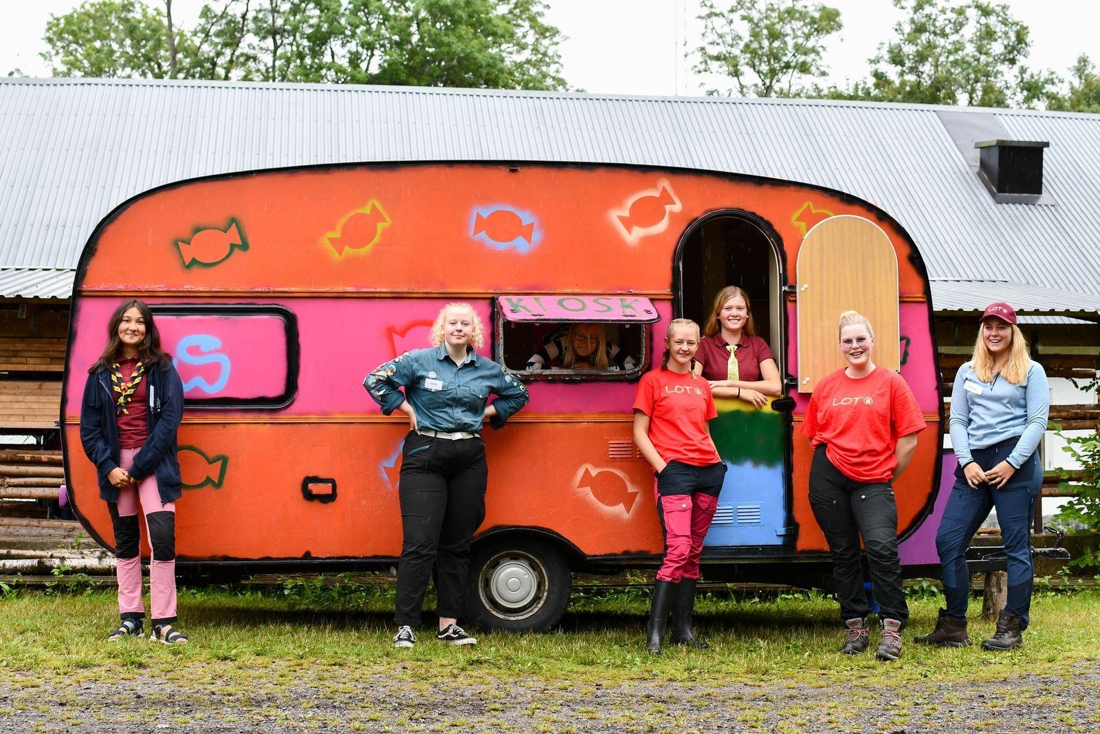 Linnea Hagnell, Nicolina Englund, Thea Sköld, Sabina Nilbecker, Ellen Amilon, Bea Isaksson och Isolde Rosazza har ordnat en ambulerande kiosk med hemglassmelodi.