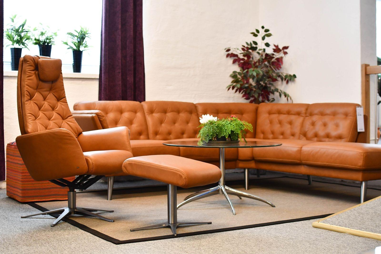 De cognacsfärgade sofforna är tillbaka och har blivit en storsäljare på Em home.