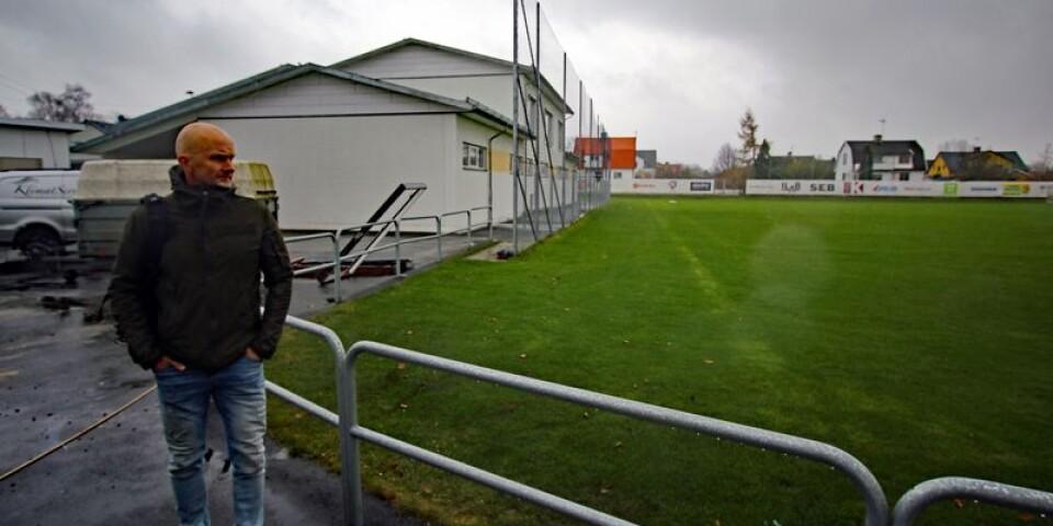 Mats Olsson blickar ut över Vävarevallen, där Hugo tillbringade mycket av sin lediga tid.