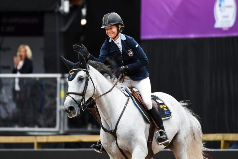 Malin Baryard–Johnsson på Sölvesborgsuppfödda hästen Cue Channa vid EM i hästhoppning för några år sedan. Nu ska Cue Channa pensioneras.