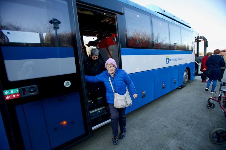 Äntligen framme. Ulla Jönsson och Solveig Carlsson kliver av bussen och går mot Majas cottage.