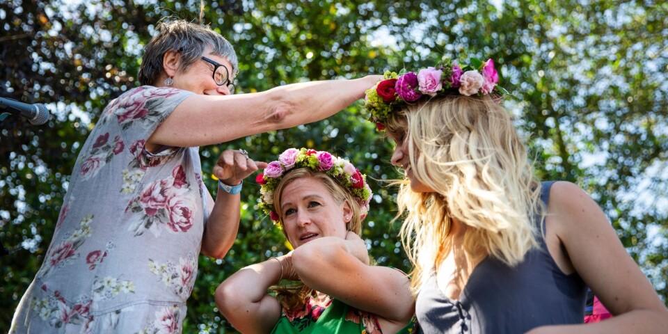 Arkivbild från förra årets rosfest när Lena Alebo krönte de båda rosdrottningarna Anna Nilsson och Martina Illerhag.