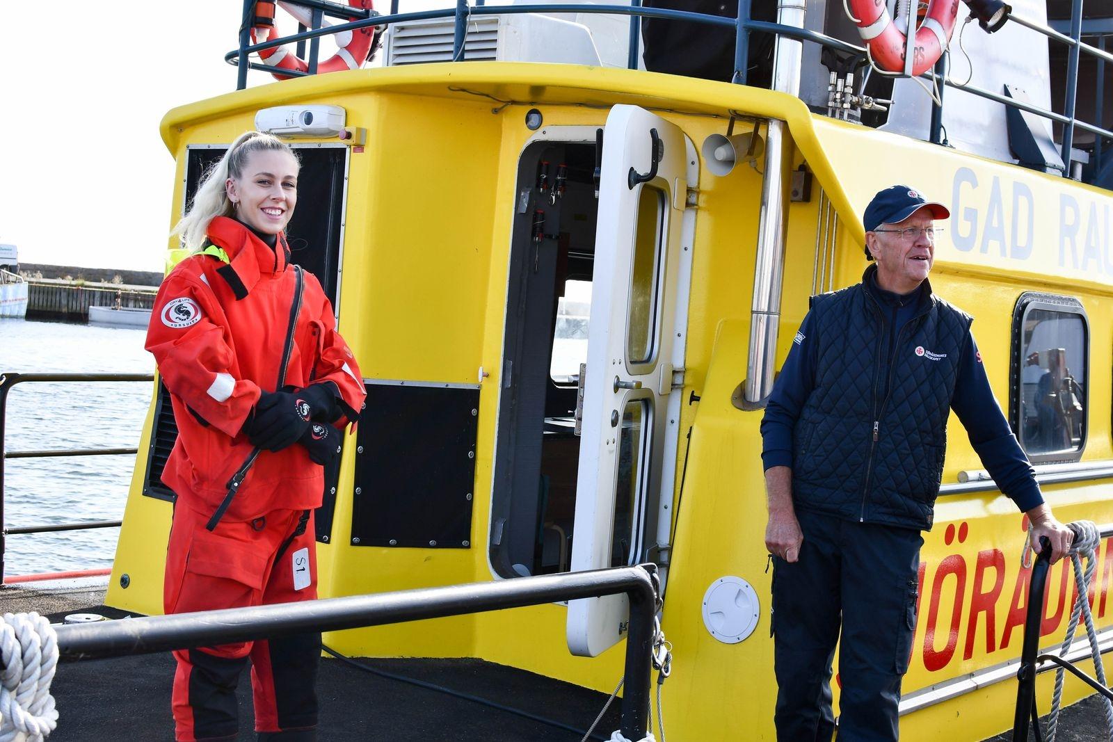 Felicia Lindblom visade skyddsdräkten som sjöräddarna måste ha på sig när de går ut med Rescue Pantamera och det är under 12 grader i vattnet.