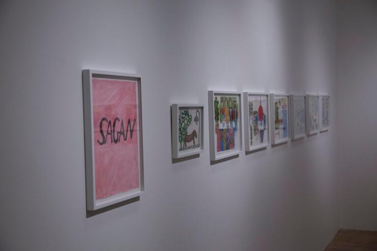 """Det gemensamma verket """"Sagan"""" – med bilder av Eva Kerek och text av Lukas Göthman – har fått ge namn åt deras utställning på Kristianstads konsthall. På väggen syns inte texten, däremot i katalogen."""