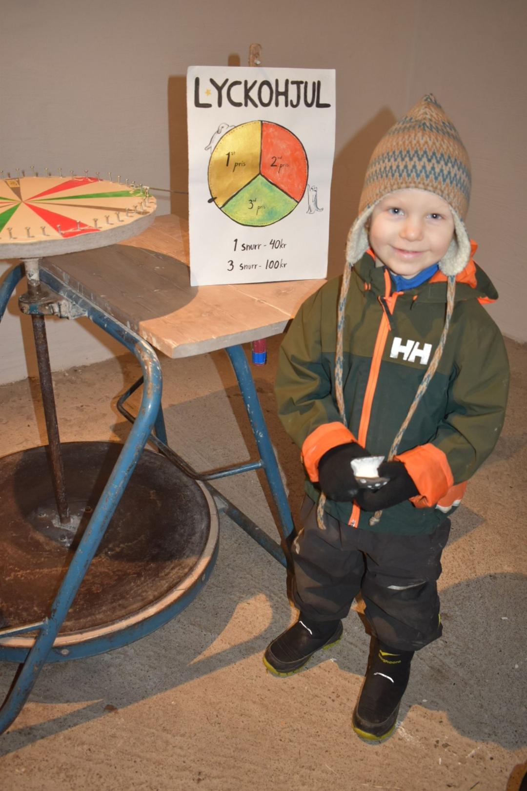 Ture Lagerqvist vann första pris på Keramikkursens lyckohjul och fick välja fritt från prisbordet. Han valde en svamp i keramik eftersom han älskar svampar.