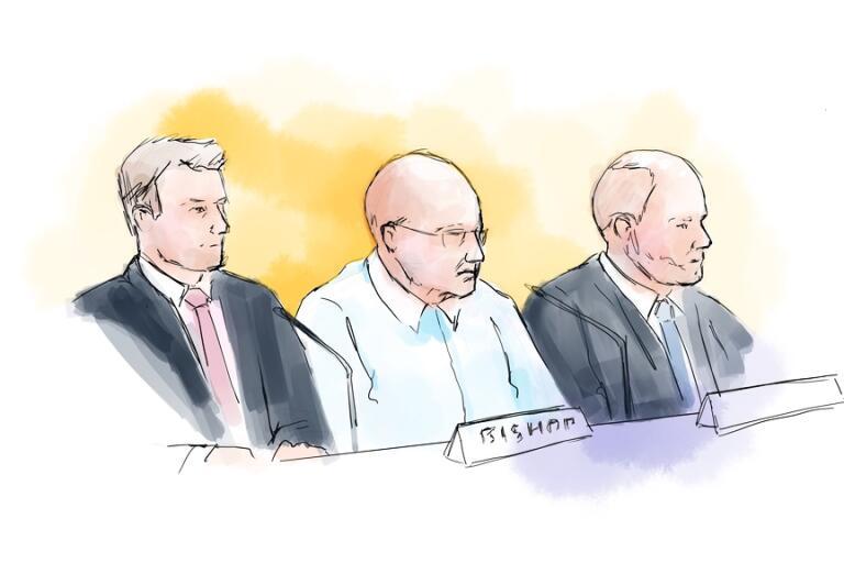 Falcon Funds Mark Bishop (mitten) med advokaterna Björn Rothpfeffer (tv) och Henrik Olsson Lilja när rättegången om Falcon Funds-härvan hölls i Stockholms tingsrätt.