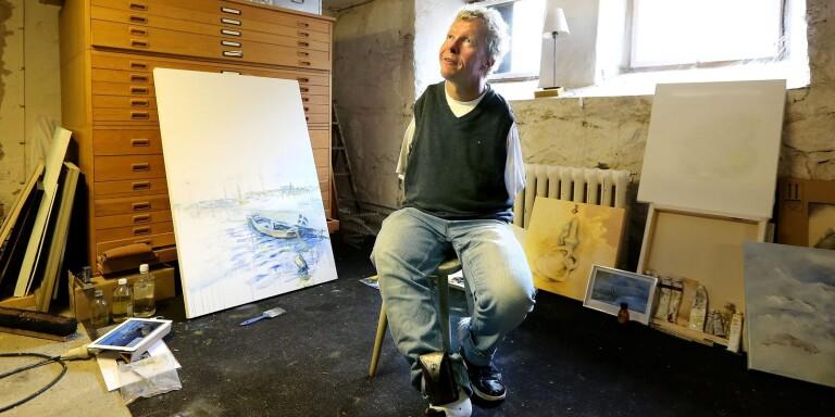 Han målar med fötterna – och ställer ut sin konst i Ulricehamn