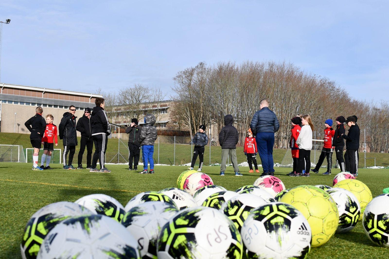 Solen sken över konstgräsplanen vid Kastanjeskolan i Tomelilla när Spjutstorps IF bjöd in till sportlovsfotboll.