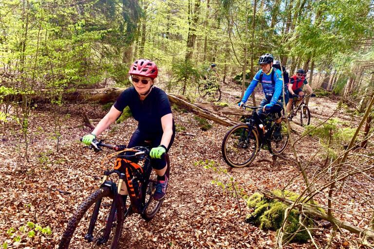 Sofia Olsson och hennes man Greger är numera inbitna mountainbikecyklister. De har dragit med sig flera av bokvännerna, som nu också upptäcker naturen tillsammans.