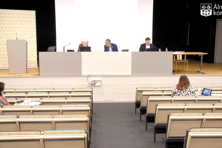 Alliansens budget gick igenom i het debatt – L vill spara bort tjänstemän
