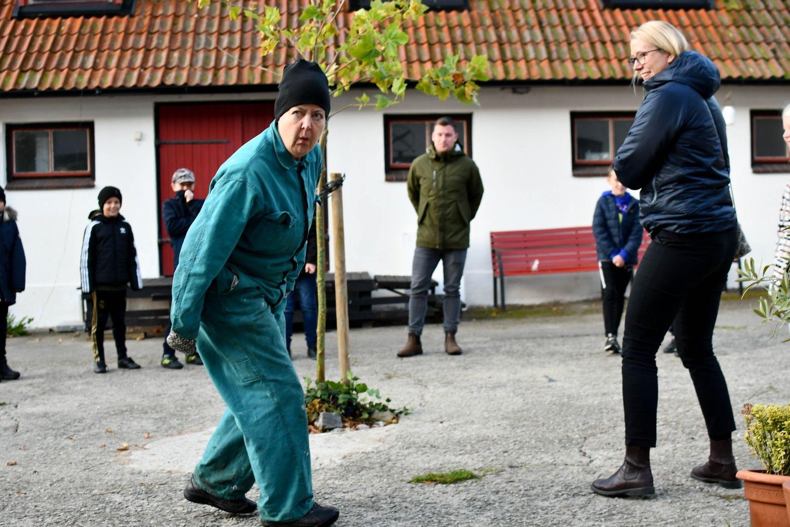 Äventyret startade redan på teaterns innergård där eleverna från Simrislundsskolan fick stifta bekantskap med karaktärerna i föreställningen.