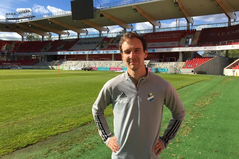 Alexander Henningsson är historisk som den Österspelare som gjorde det sista A-lagsmålet på Värendsvallen (1–0 mot Brage den 2 augusti 2012). Nu är den 29-årige högerbreddaren tillbaka i Växjö, men på Myresjöhus Arena.