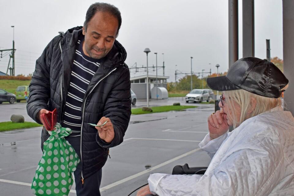 Vad behöver du idag? frågar Loui Alkafri, volontär för hjälplinjen.