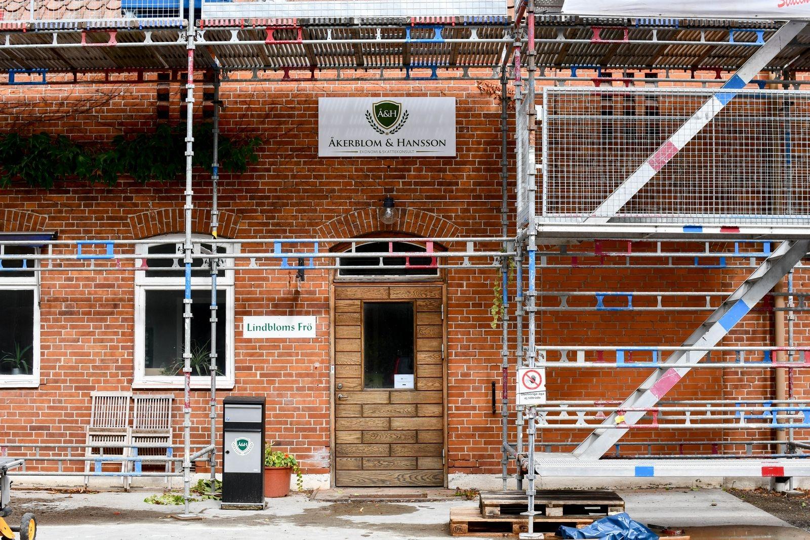 Åkerblom & Hanssons nya kontor finns på våningen ovanför Lindbloms Frö, i Hammenhögs Frös före detta lokaler. Fastigheten håller som bäst på att förses med nytt tak.