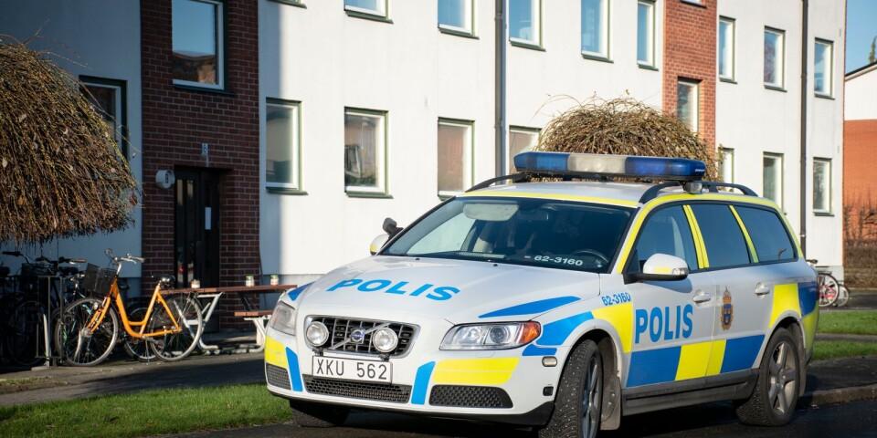 Polisen genomför under dagen dörrknackning i området där Emilia bor.