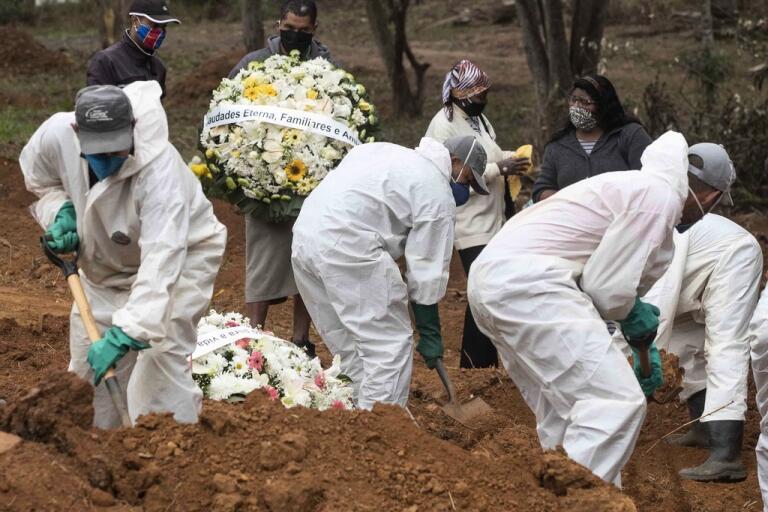 En person som avlidit i sviterna av coronaviruset begravs på São Luiz-kyrkogården i São Paulo i Brasilien.