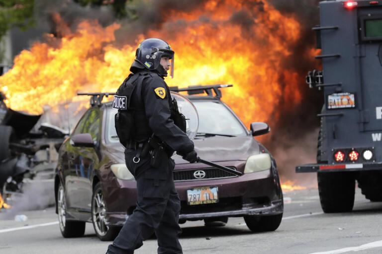 En polis bevakar en brinnande bil i Salt Lake City på lördagen.