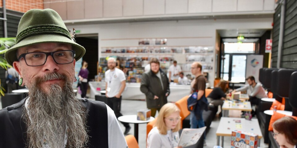 Omkring 250 personer besöker Samspel Open, brädspelfestivalen. Det gläder Tonnie Philipsson, som själv spelat brädspel i cirka 40 år.