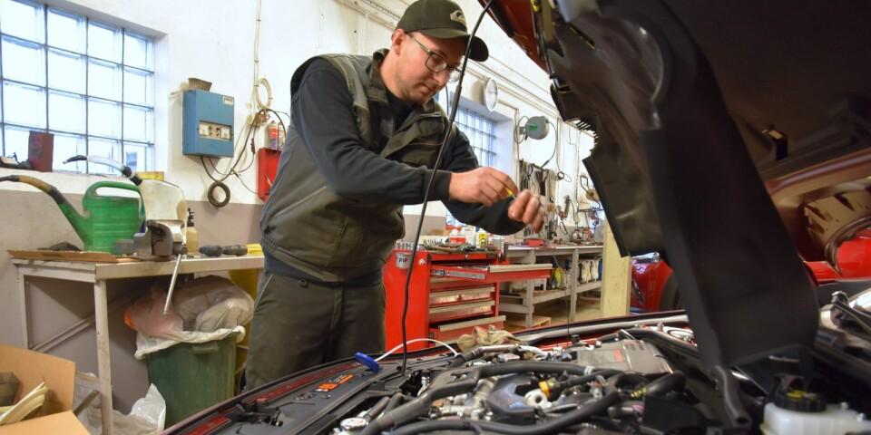 Framöver ansvarar Axel Pileboda för verkstaden intill Gärsnäs Bil och driver den som ett eget aktiebolag. Det betyder att han också tar över ansvaret för personalen. Polerarna stannar inom Gärsnäs Bil, men verkstadspersonalen följer med in i det nybildade bolaget, som hyr halva verkstadslokalen för sin verksamhet.
