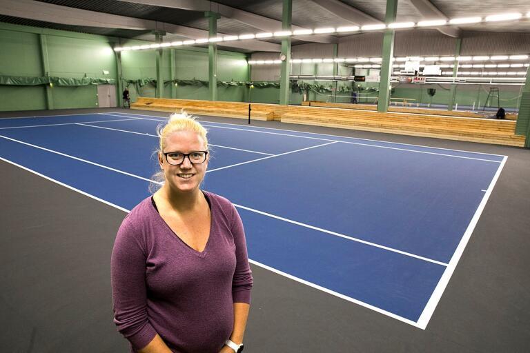 Tennisklubbens verksamhetschef Malin Eriksson Wenell kan snart välkomna tennisspelarna att ta i bruk de nya hardcourtbanorna i tennishallen.