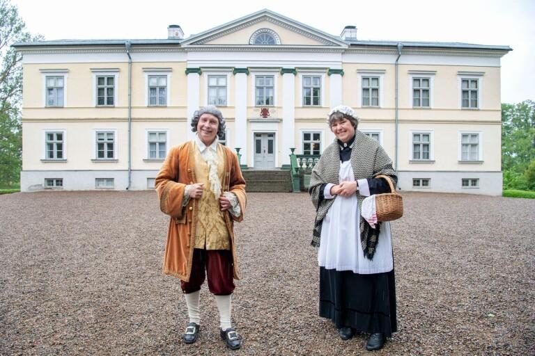 Carl von Linné och husan Matilda visar gärna upp sina respektive stoltheter