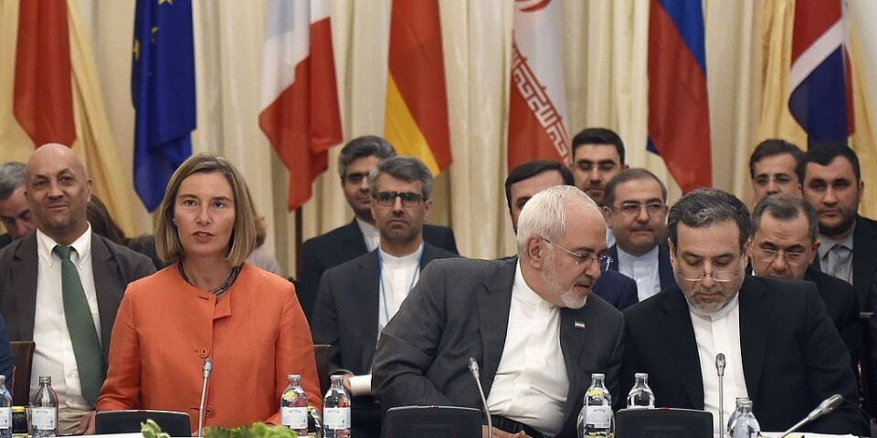 EU:s utrikeschef Federica Mogherini intill Irans utrikesminister Mohammad Javad Zarif när kärnenergiavtalet diskuterades i Wien i juli i fjol.