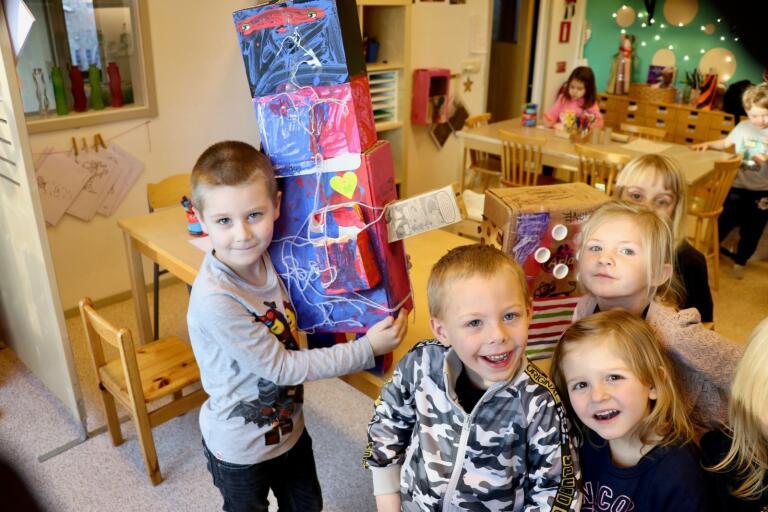 En färgglad robot är en av sakerna som barnens på Hagadals förskola har tillverkat av gammalt skräp. Här ses Oliver Hjalmarsson, Teo Håkansson, Vendela Marberg, Tuva Söderman och Signe Svensson.