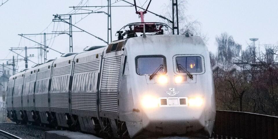 I stället för att satsa 60 miljoner kronor på flygplatsen i Kalmar borde Regionen verka för förbättrad tågtrafik, menar skribenterna.