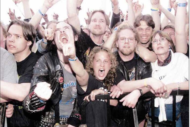 Nitbelamrade Erik Gustafsson vrålar oh knyter näven i publikhavets front. Bilden hamnade på BLT:s förstasida den 14 juni 1999.