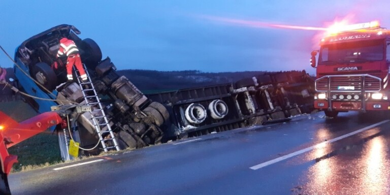 Två olyckor samtidigt i natt – väg 19 avstängd hela dagen