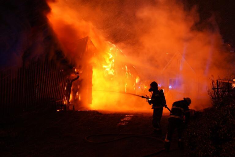 Polisen kan vara på väg att klara upp mordbranden på en pizzeria i Tingsryd. Tre personer misstänks nu för mordbranden.