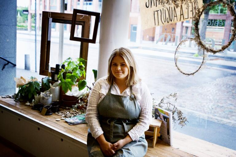 Lovis Holmgren stänger ner sin blomsterbutik, men håller öppet då och då under hösten.