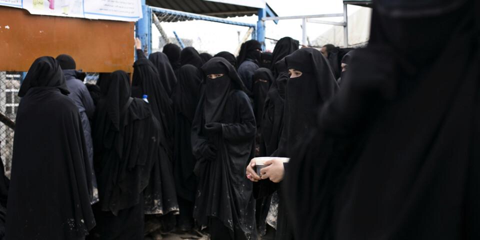 Tillfångatagna kvinnor som misstänks ha varit medlemmar av Islamiska staten (IS) i det kurdiskkontrollerade lägret i al-Hol i Syrien. Arkivbild.