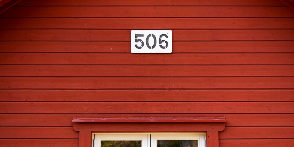 Numret 506 pryder fasaden som är målad i Falu Rödfärg. Det är avståndet från det gamla banvaktshuset till Stockholm.