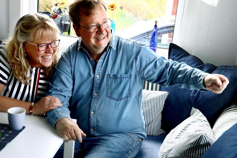Pierre Edström och Birgitta Axelsson Edström har hittat lugnet och andrummet från en annars hektisk vardag i en liten stuga på 23 kvadratmeter på Ekerums camping på Öland.