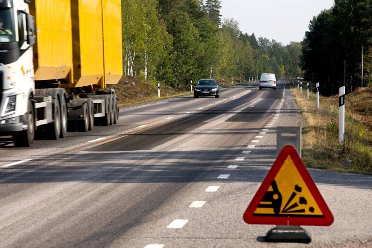 """Kritik mot ny vägbeläggning: """"Fått två vindrutor förstörda"""""""