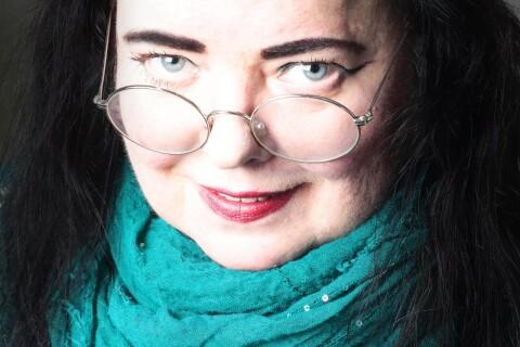 Säker stil när Lina Hagelbäck diktar om destruktiv kärlek