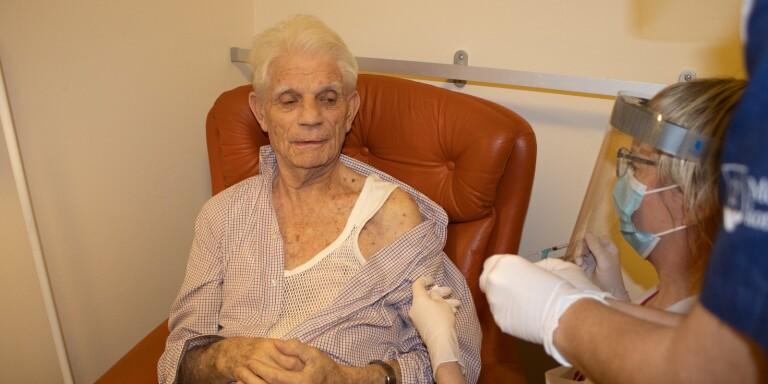 """TV: 88-årige Rune först att vaccineras i länet: """"Det känns jättebra"""""""